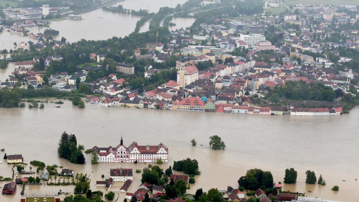 Rakouský Schärding zaplavila řeka Inn