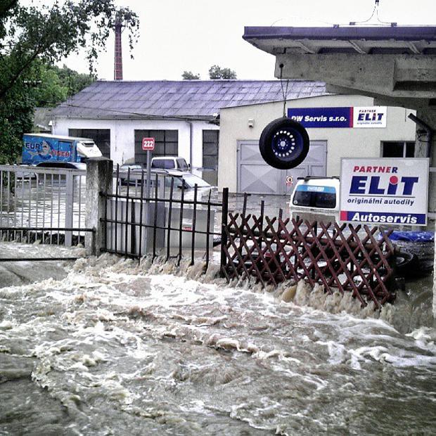 Praha, zatopený autoservis u potoka Botič