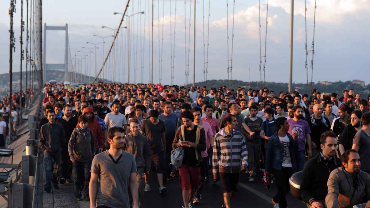Demonstranti na bosporském mostě