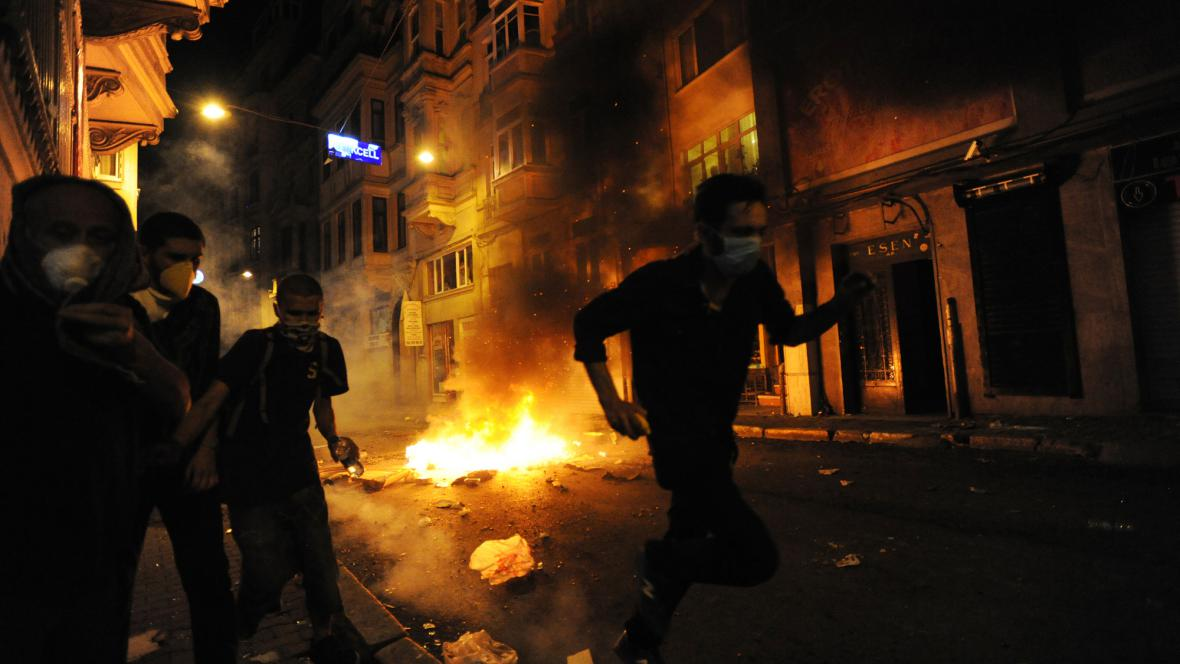 Střety s policií pokračovaly i v noci