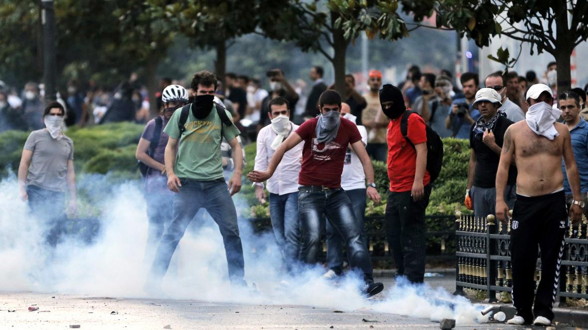 Protesty proti kácení v istanbulském parku