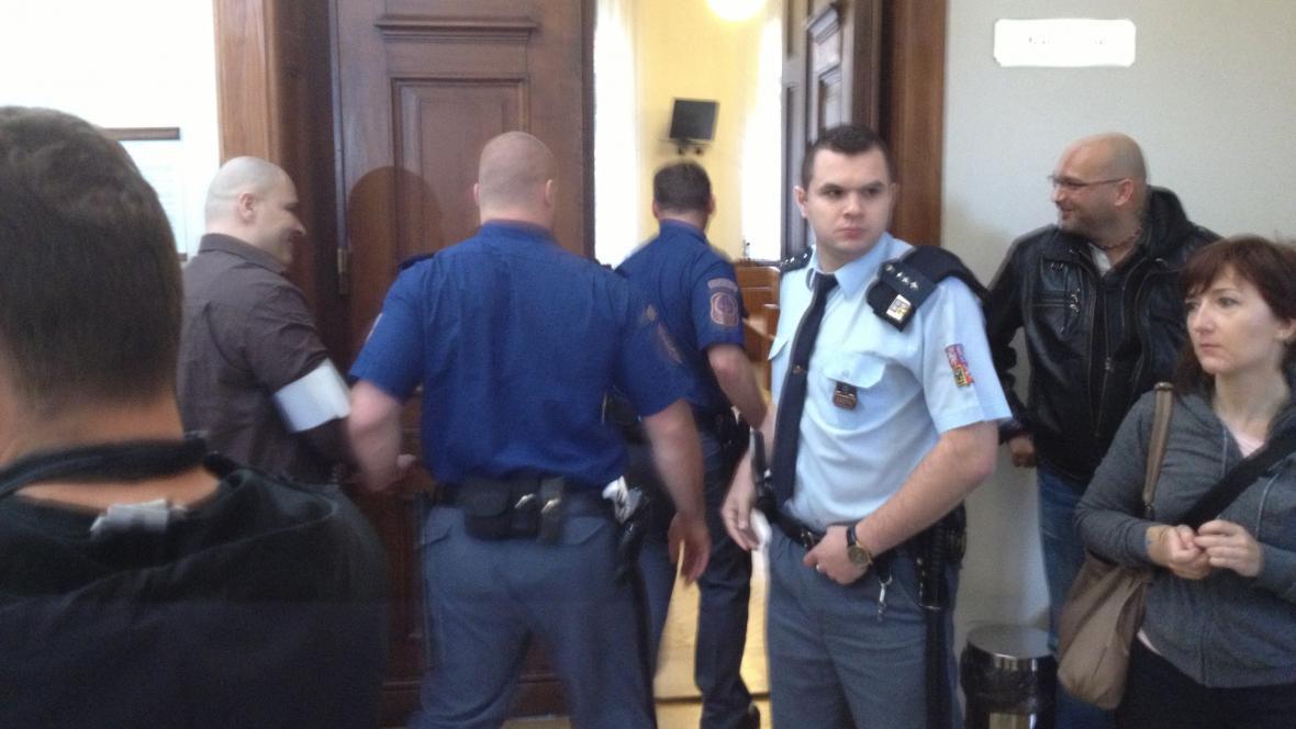 Soud s údajnými vrahy expolicisty Michala Tofla