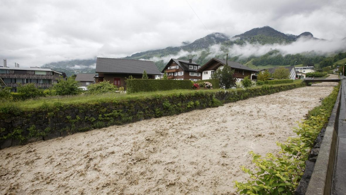 Velká voda u švýcarského Beckenriedu