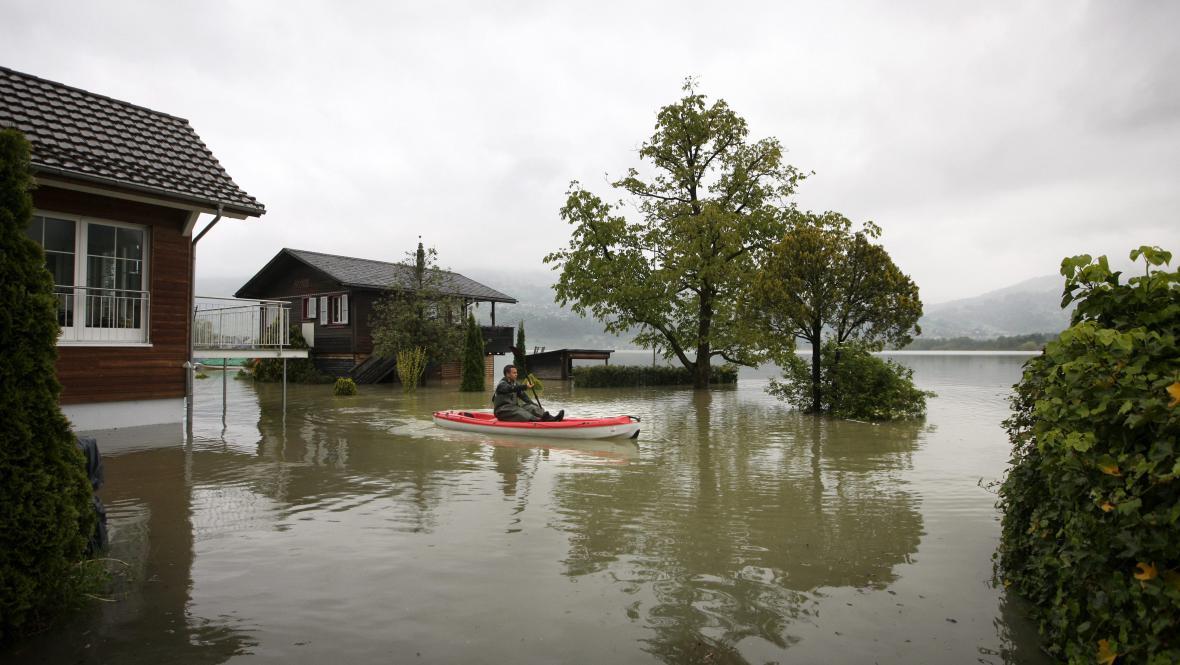 Velká voda u švýcarského jezera Lauerz