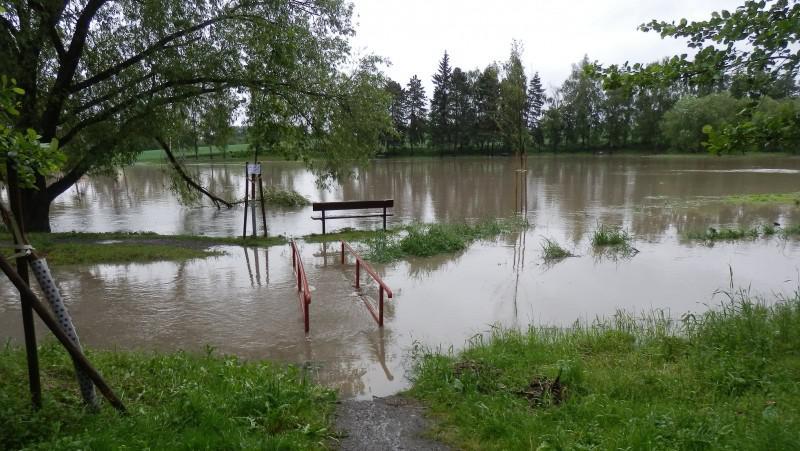 Naplněný rybník Nadýmač - Praha Uhříněves
