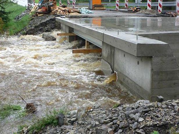 Opravovaný most přes Teplou Vltavu za Lenorou zaplavuje voda