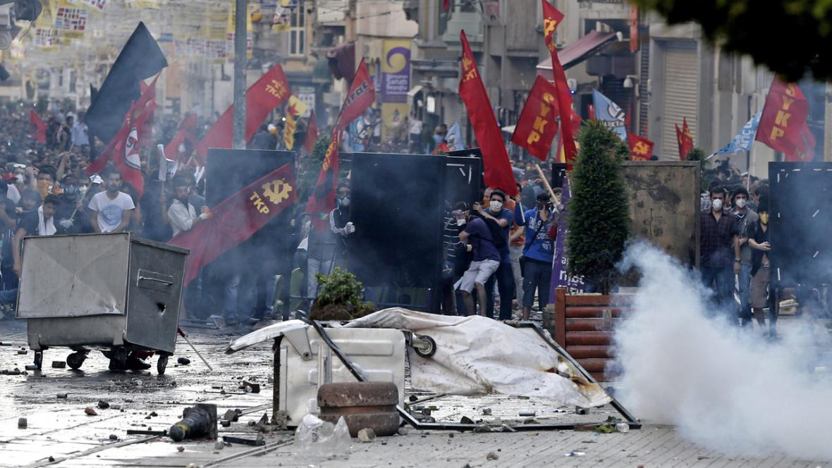 Srážky demonstrantů s policií v centru Istanbulu