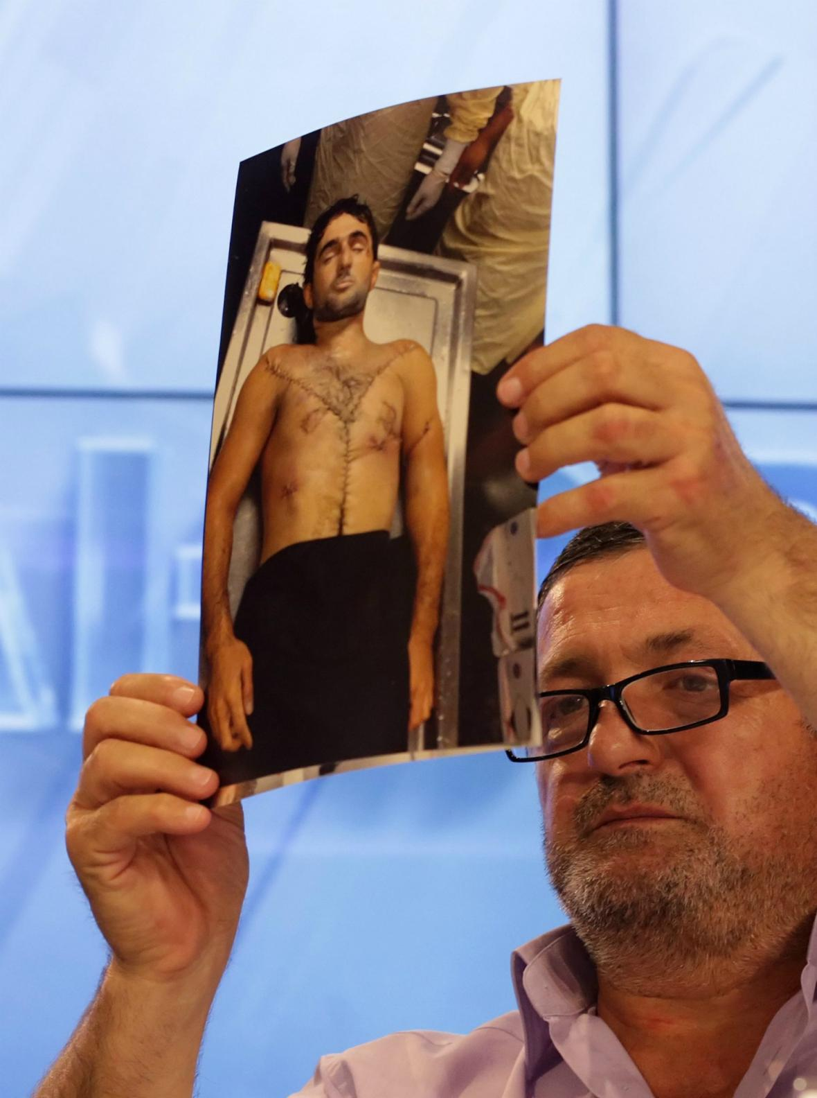 Abdulbaki Todašev ukazuje fotografie svého mrtvého syna
