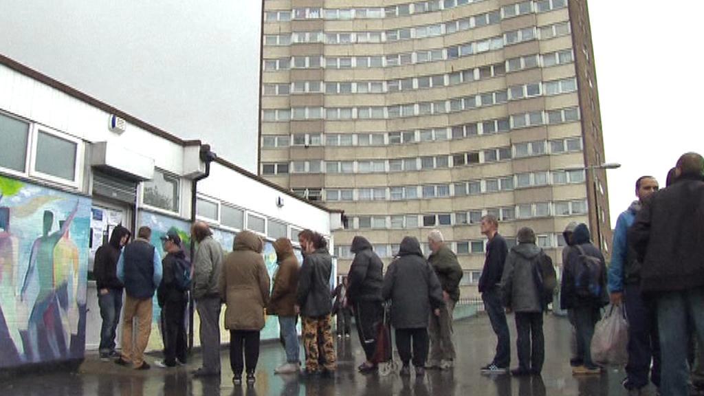 Britové čekají před charitou na potravinovou pomoc