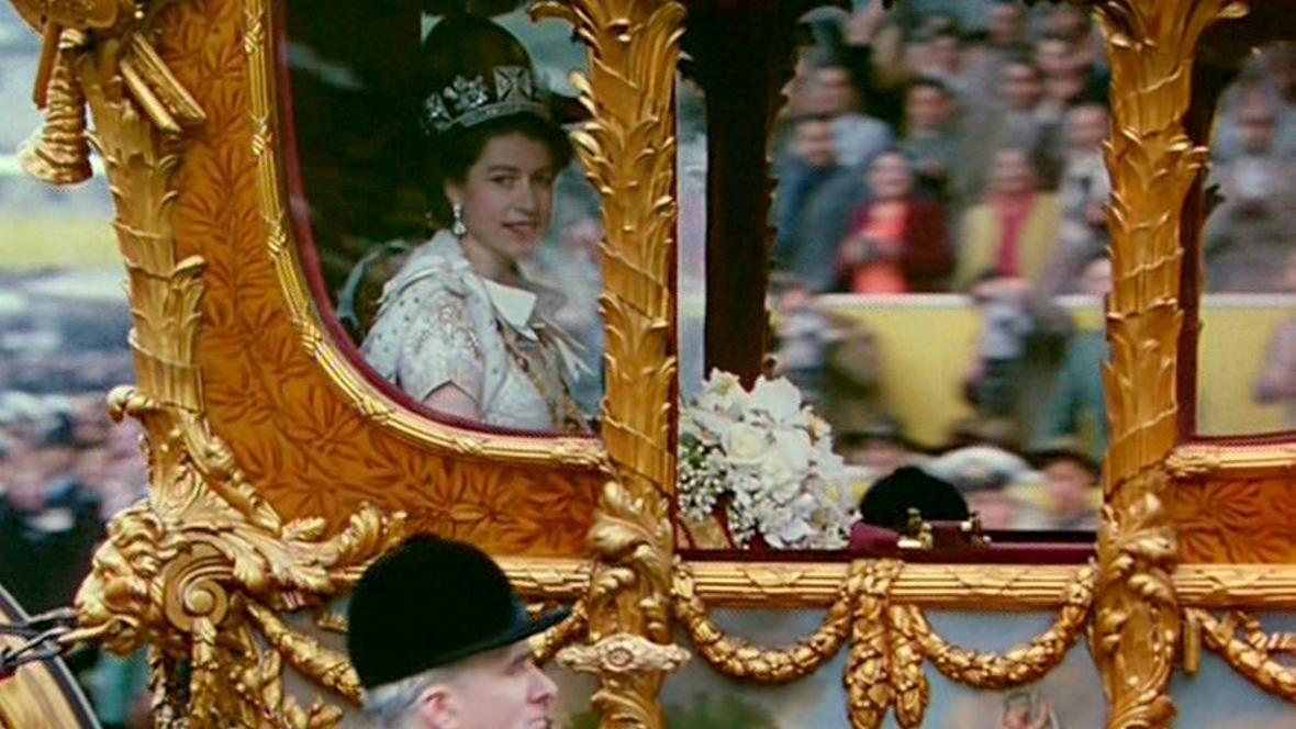 Alžběta II. přijíždí na korunovaci