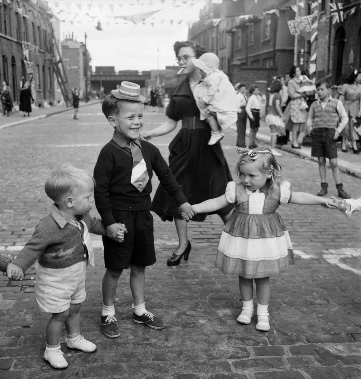 Lidé oslavují v ulicích korunovaci Alžběty II.