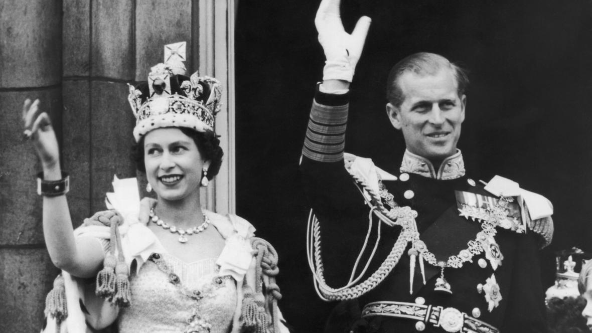 Královna po korunovaci mává lidu z balkonu Buckinghamského paláce