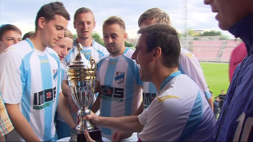 Hráči Veselí nad Moravou přebírají pohár za vítězství
