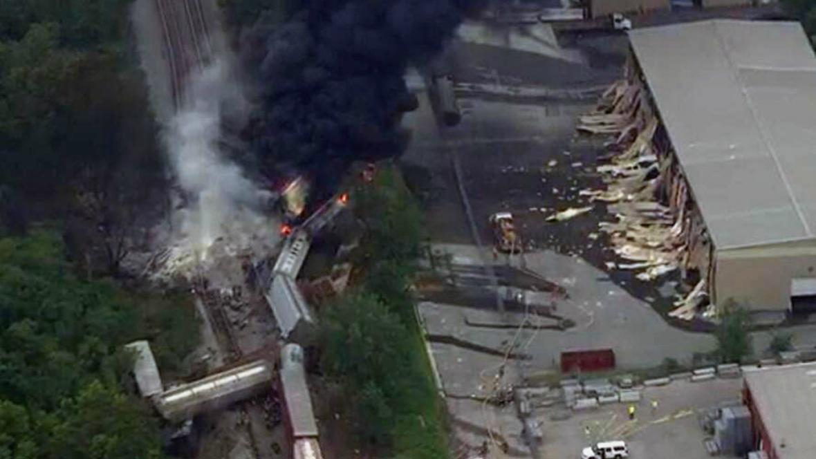 Televizní záběry vykolejeného vlaku u Baltimoru