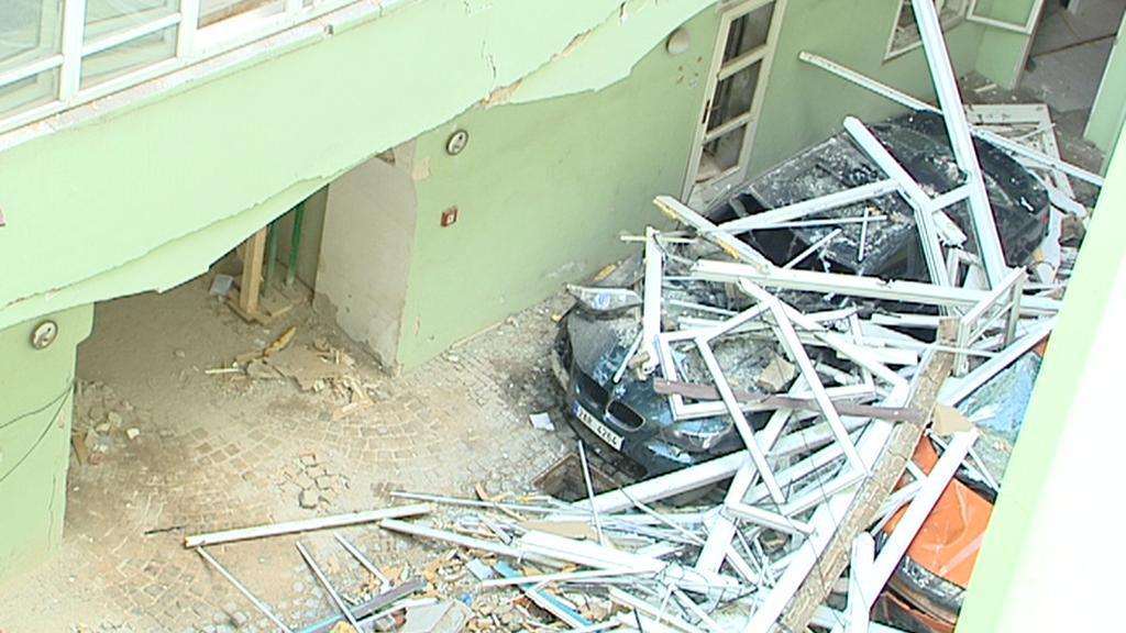 Dvůr poškozeného domu