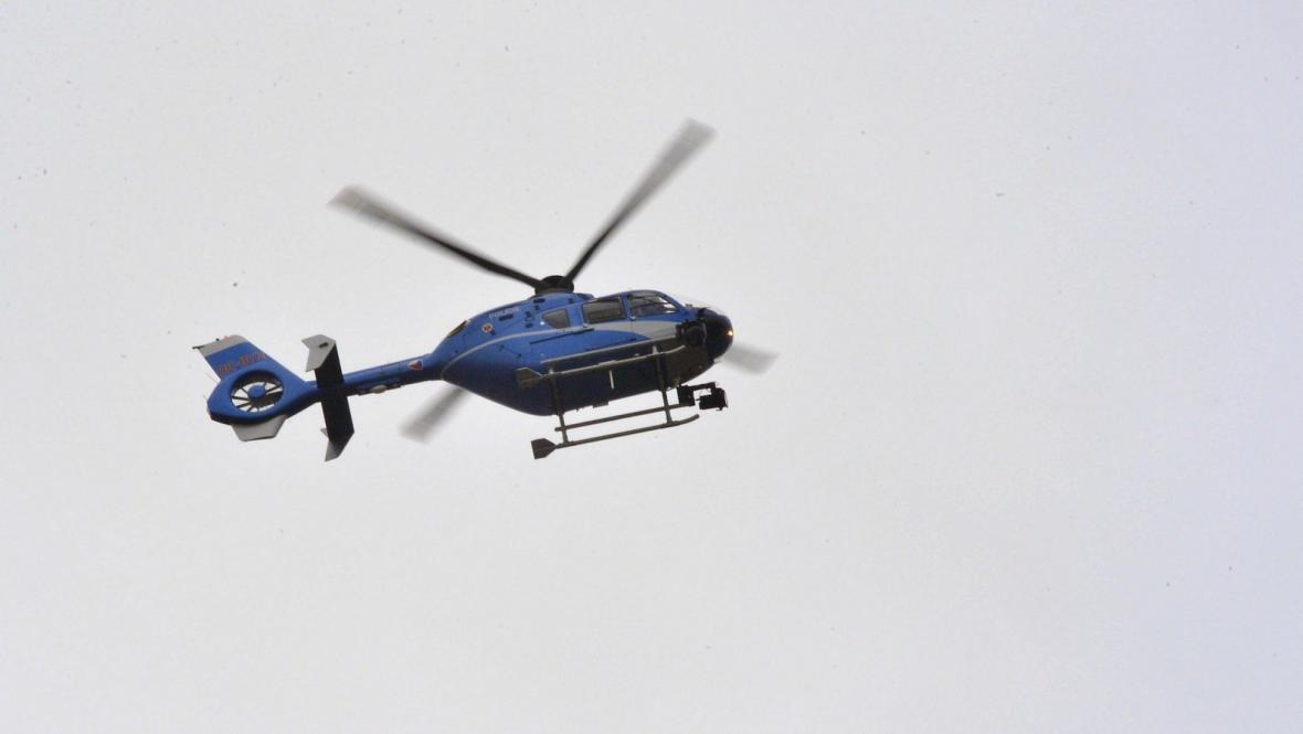 Vrtulník monitorující výbuch v Divadelní ulici