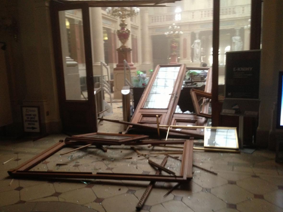 Výbuchem poničený interiér Akademie věd
