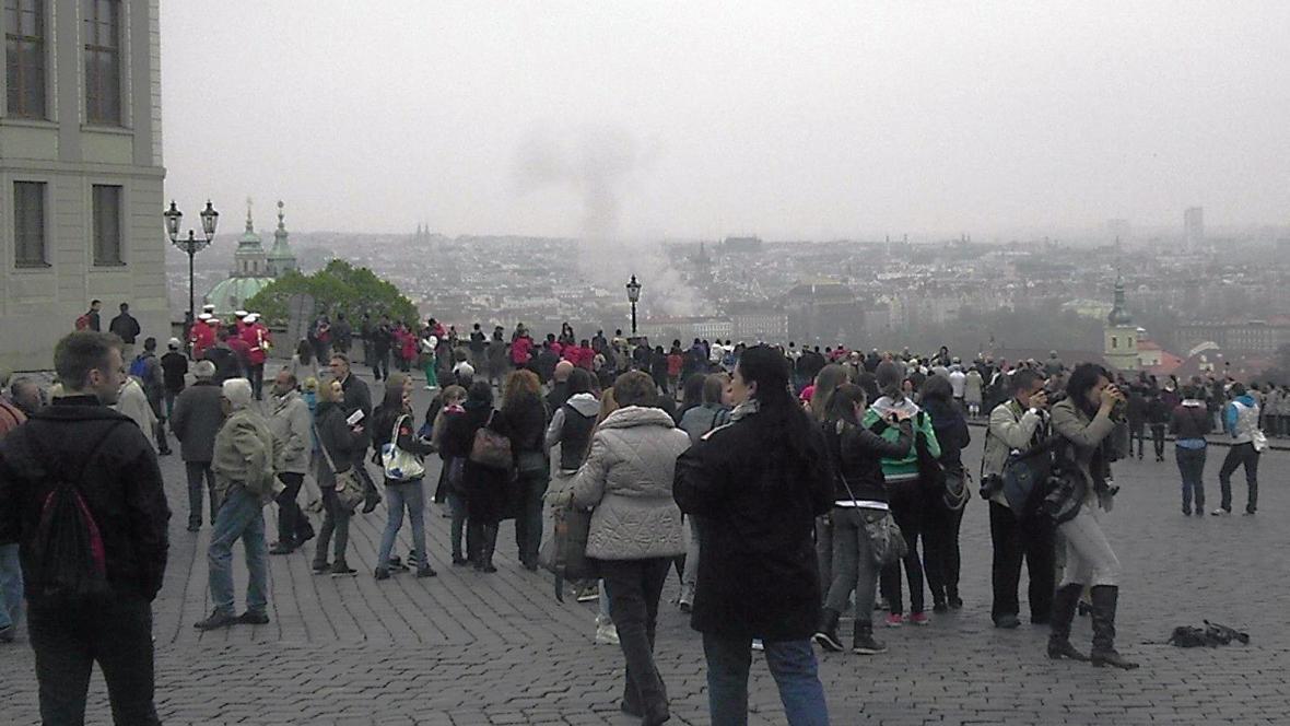 Výbuch v Divadelní ulici viditelný z Pražského hradu