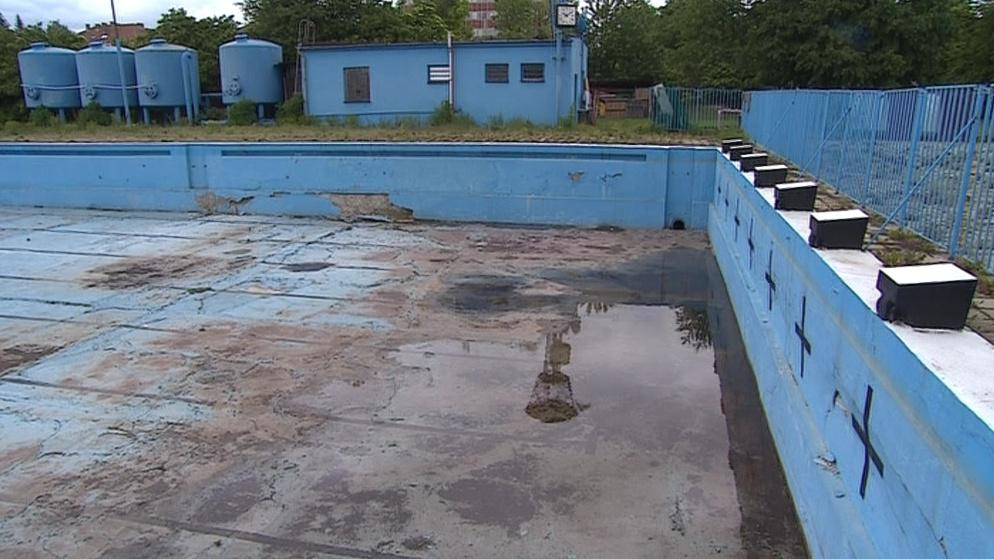 Bazény v brněnské Dobrovského ulici se letos nenaplní. Tuto sezonu se kvůli rekonstrukci brány plovárny vůbec neotevřou