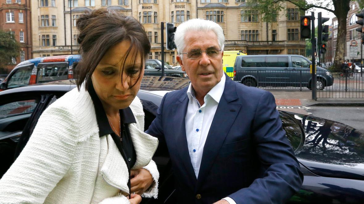 Max Clifford s manželkou Jo Westwardovou přicházejí k soudu