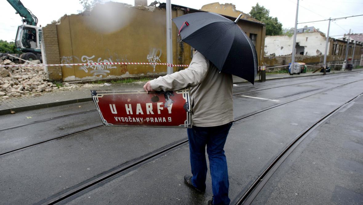 Demolice domu v ulici U Harfy v Praze 9