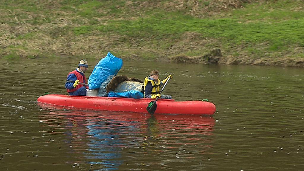 Vodáci přivážejí pytel s odpadky