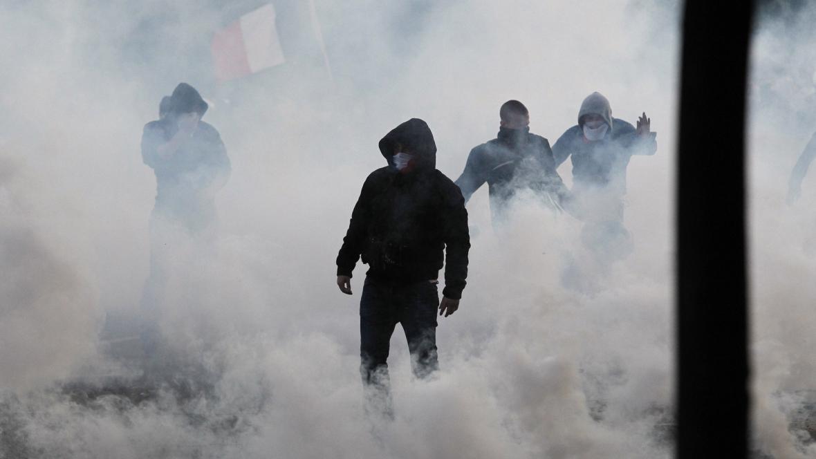 Policie potyčky rozehnala slzným plynem