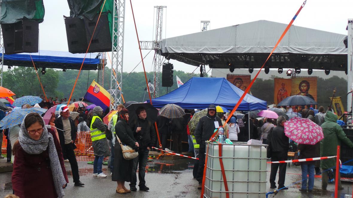 Věřící se museli vyzbrojit deštníky