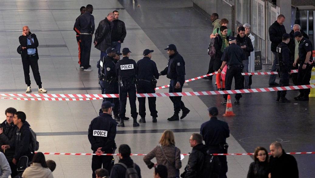 Policie hlídkuje na místě, kde byl pobodán voják