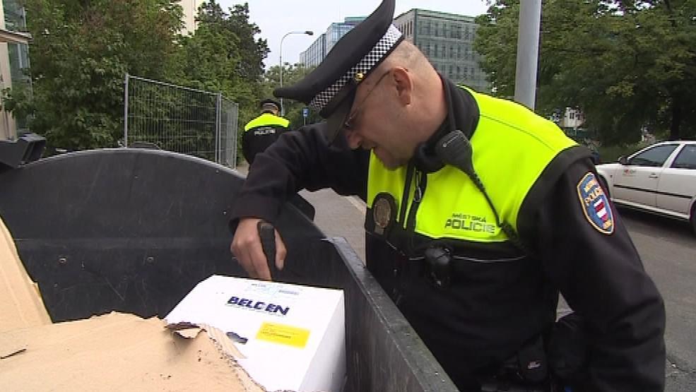 Policisté prohledávali i kontejnery, jestli tam nenajdou obal od chemikálie