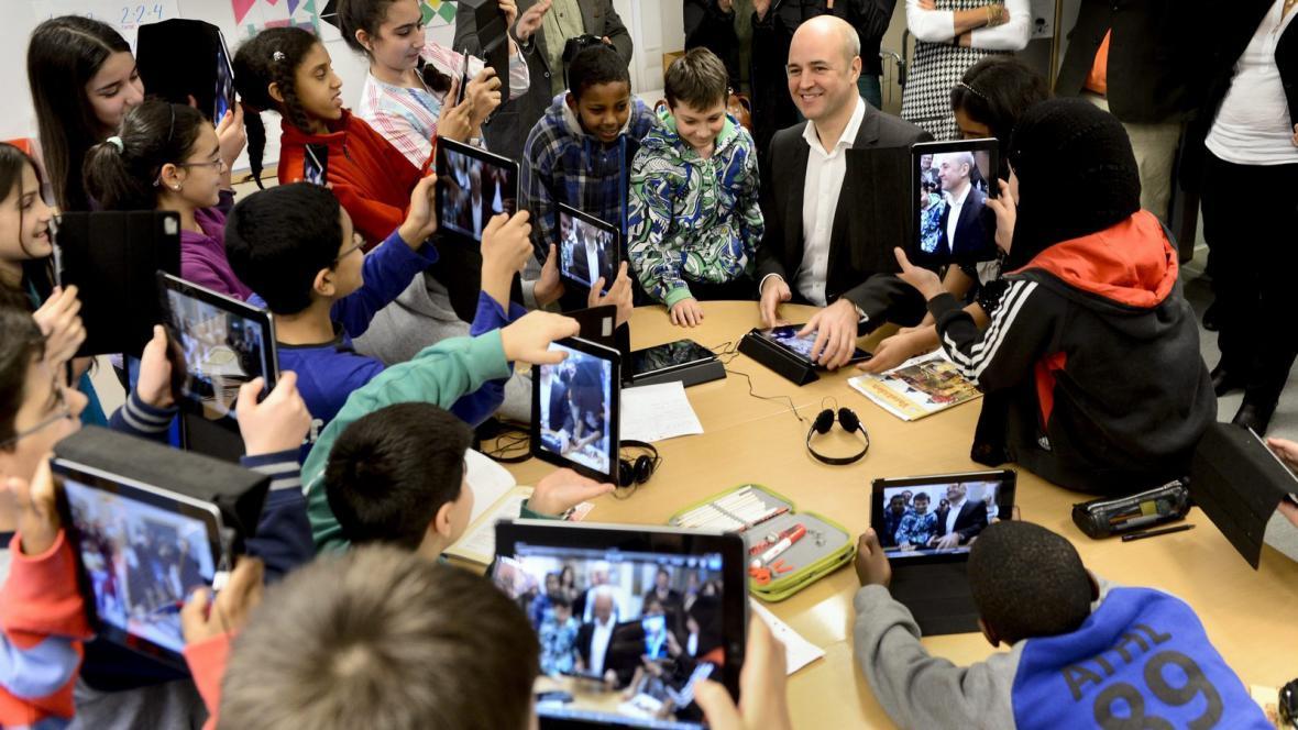 Mladí přistěhovalci se švédským premiérem Reinfeldtem