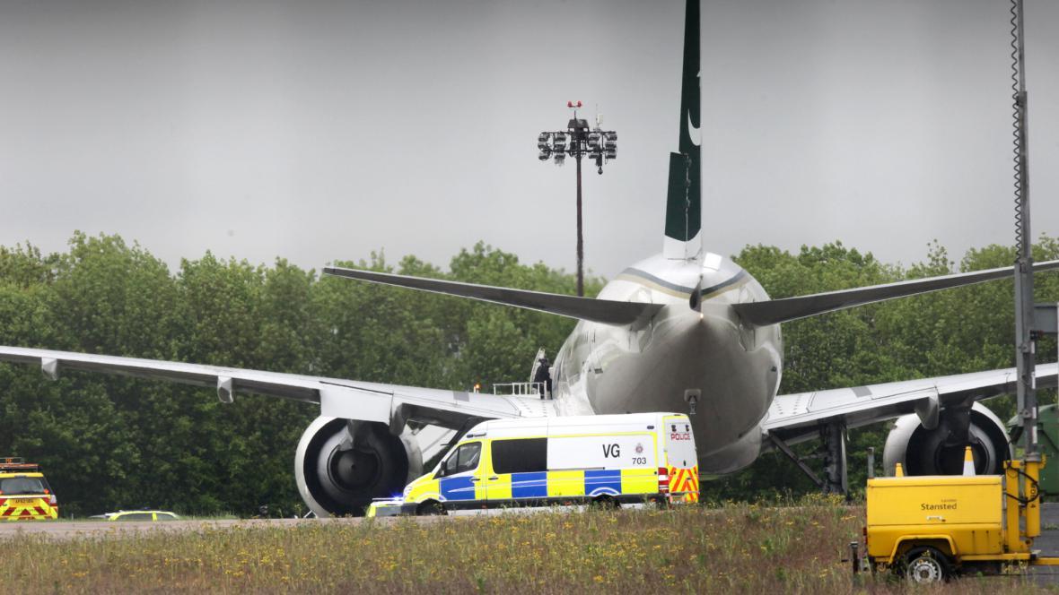 Pákistánské letadlo muselo nuceně přistát u Londýna
