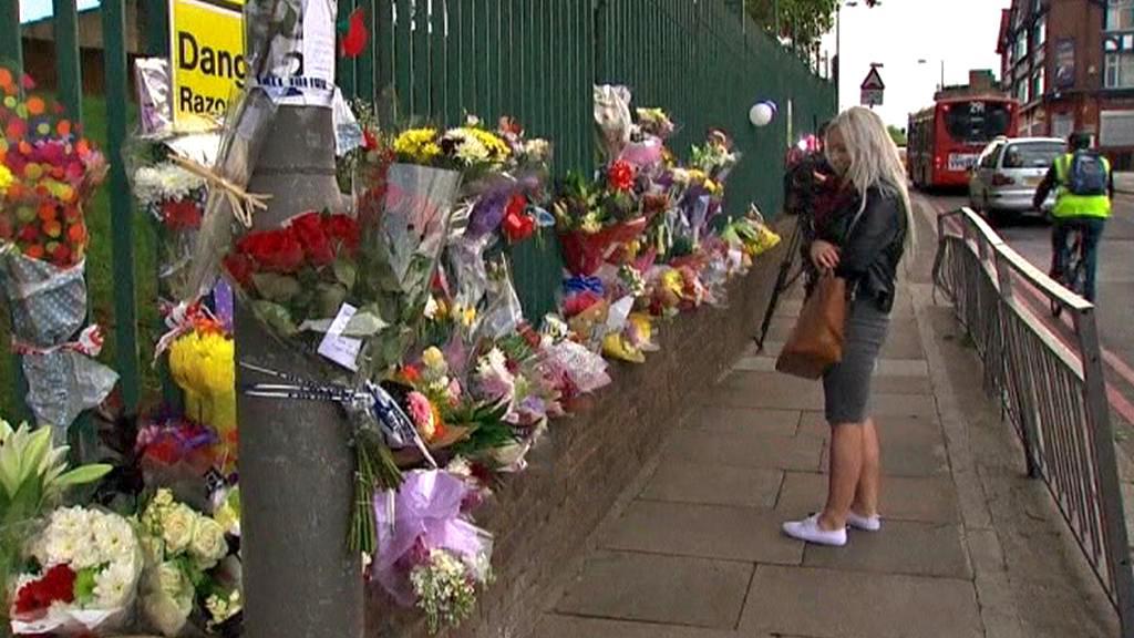 Květiny na místě zavraždění britského vojáka ve Woolwichi