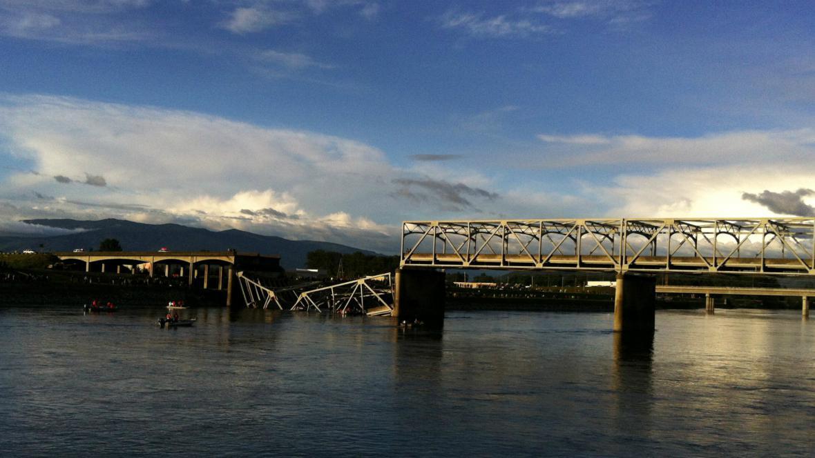 V USA se zřítil dálniční most