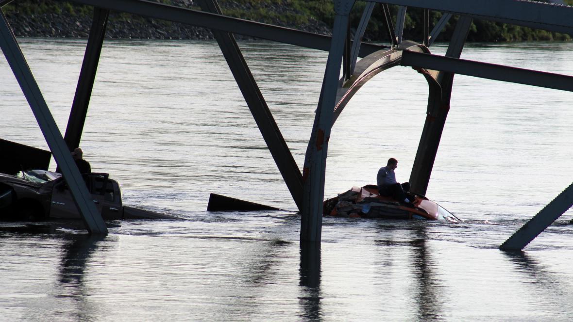V USA se zřítil most, auta napadala i s řidiči do řeky