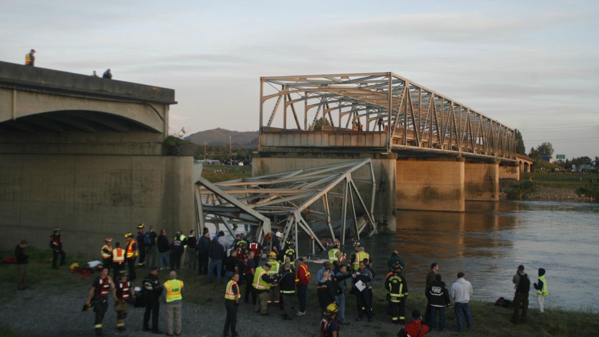 Zřícený most v USA