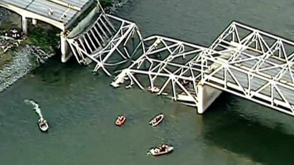 Zřícená část dálničního mostu mezi Seattlem a Vancouverem