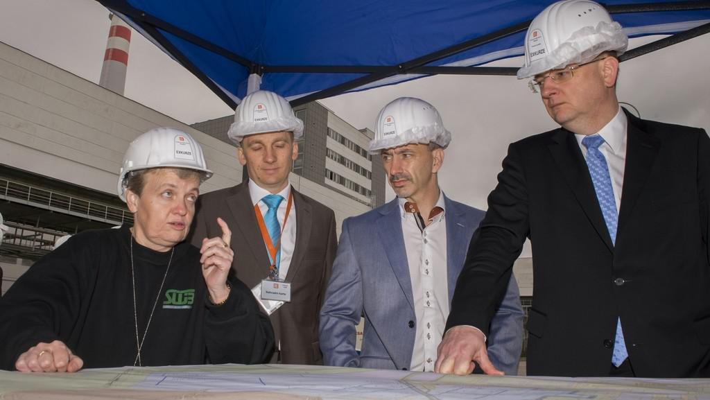 Předsedkyně SÚJB Dana Drábová, ministr průmyslu Martin Kuba a premiér Petr Nečas při návštěvě Temelína
