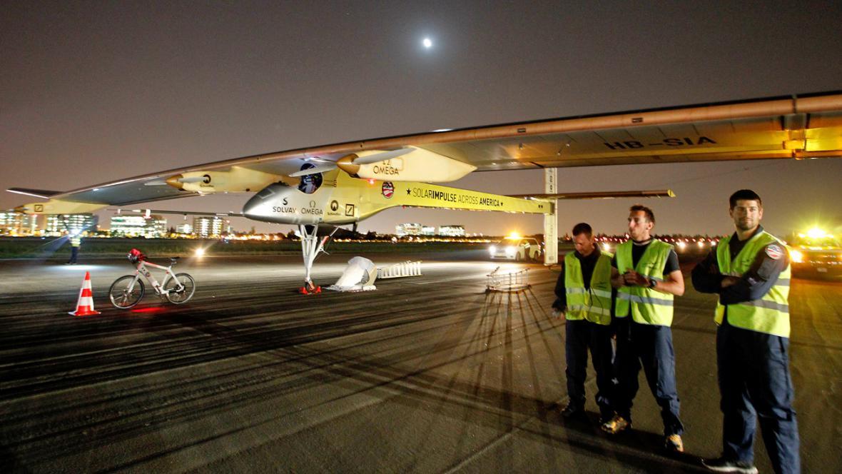 Solar Impulse před startem na základně Moffett
