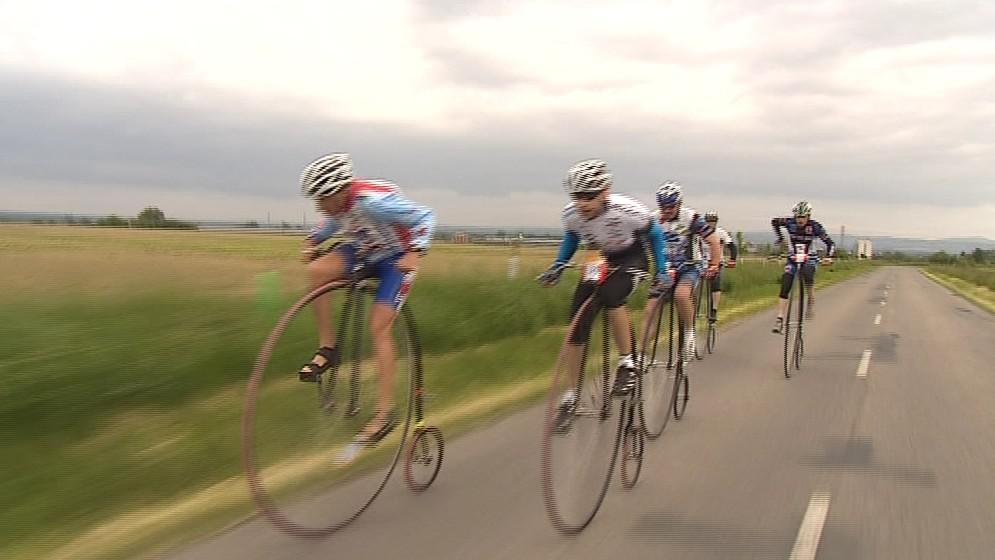Závodníci na vysokých kolech v plném nasazení