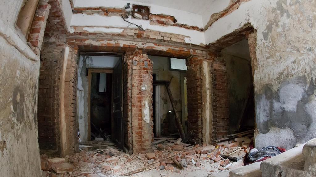 Téměř veškeré kovové prvky z domů zmizely