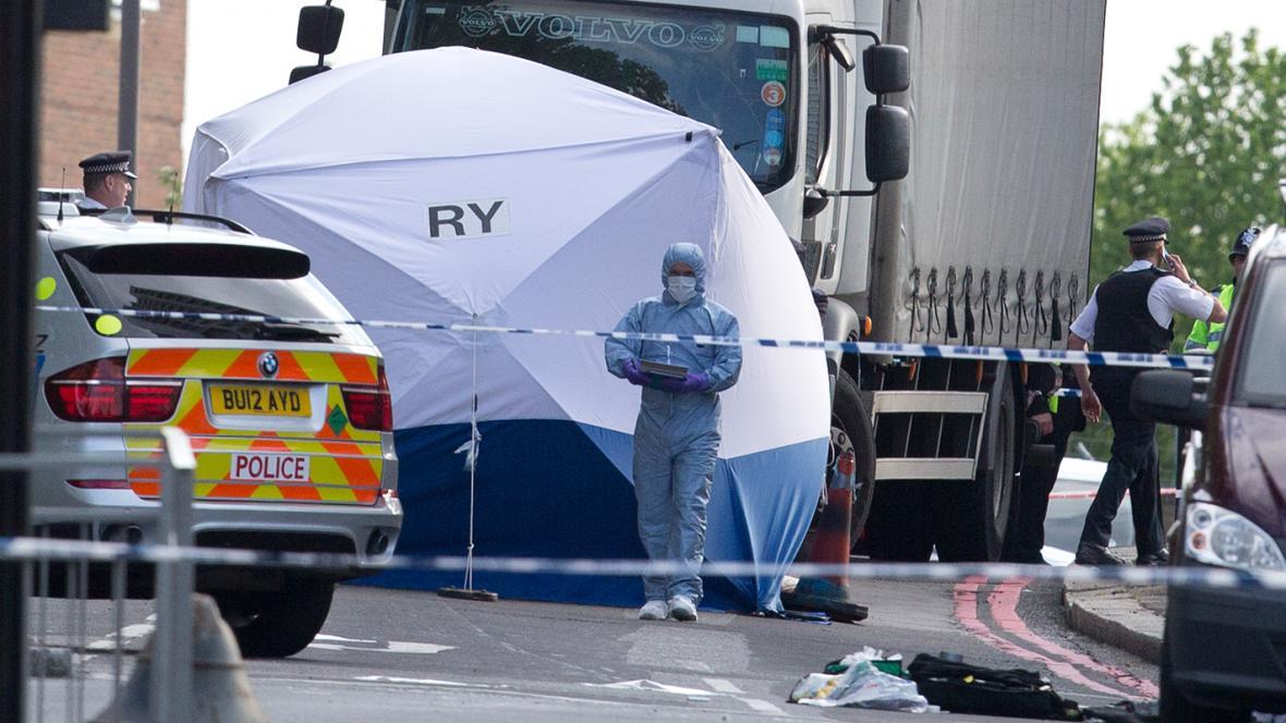 Policie vyšetřuje útok u kasáren na jihu Londýna