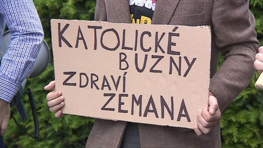 Transparent odkazující na Putnovu ceduli z pochodu Prague Pride