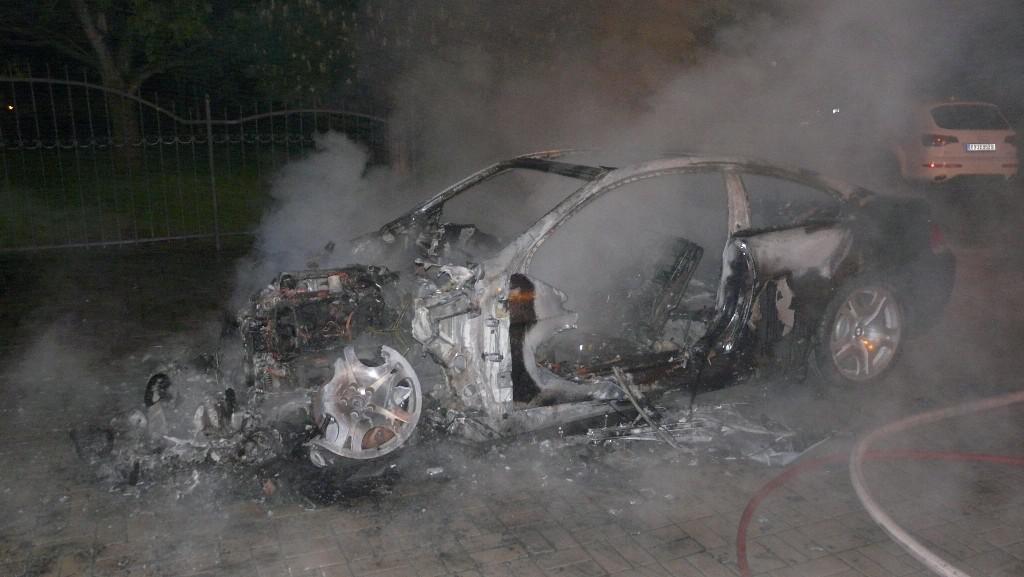 Oheň obě auta zničil