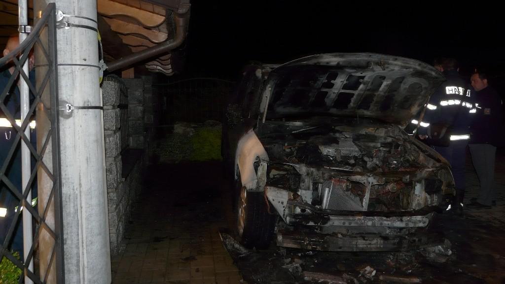 Noční požár dvou aut v Těšeticích
