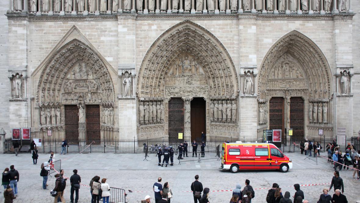 Francouzská policie před katedrálou Notre Dame