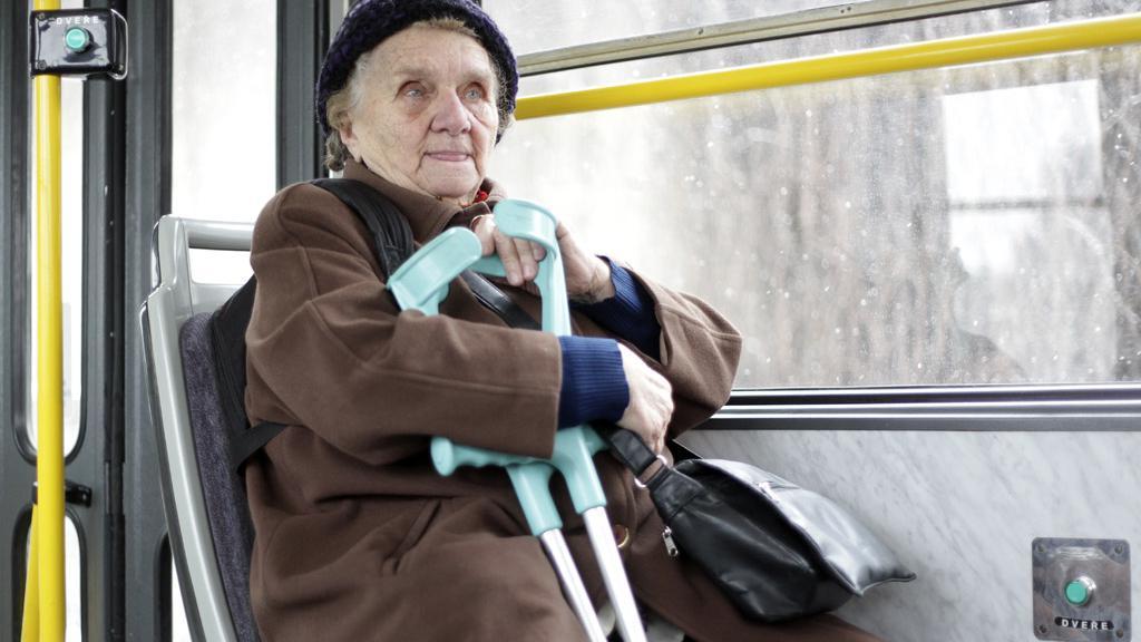Důchodce v tramvaji