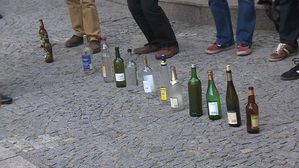 Demonstranti si na úterní protest přinesli lahve alkoholu. Aby prý od prezidenta nechytli virózu