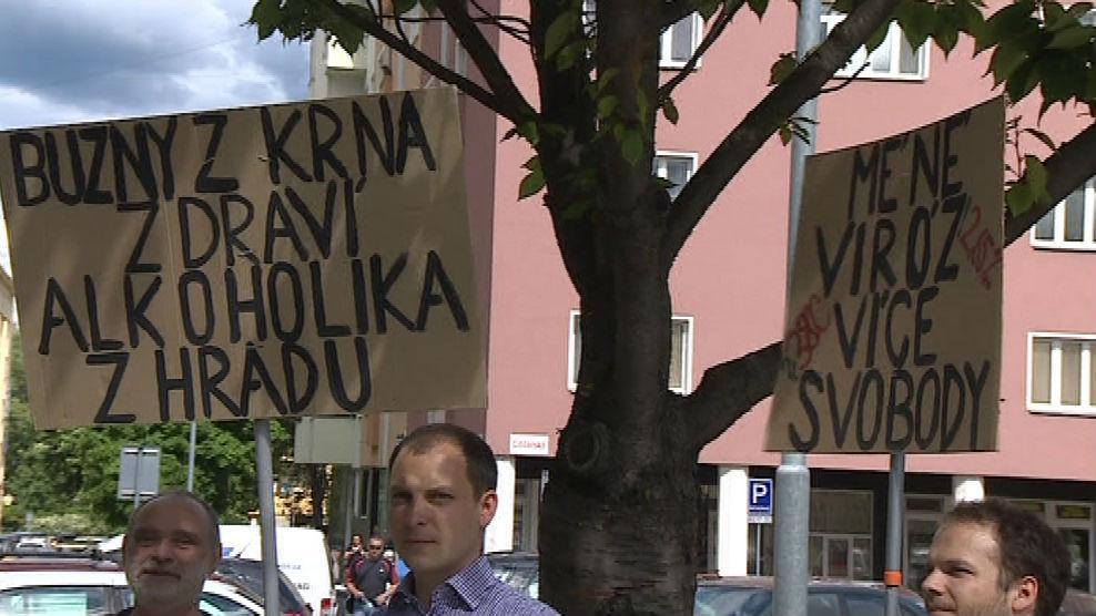 Transparenty proti Zemanově nejmenování Martina C. Putny profesorem