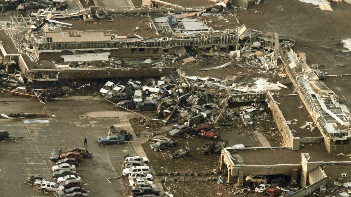 Následky tornáda ve městě Moore